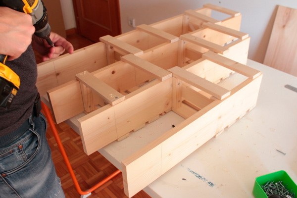 como-fazer-um-jardim-vertical-de-madeira-barato-2
