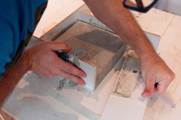 luminária articulada de mesa com cimento
