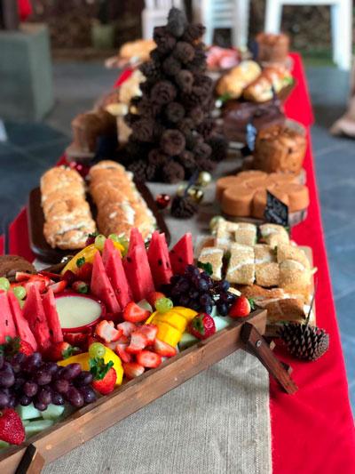 mesa de natal barata bolinhas de natal com pinhas em toalha vermelha com juta tags de cardápio tábuas de madeira e árvore de pinha